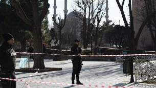 الشرطة التركية في ساحة الانقجار بحي سلطان احمد السياحي 12 يناير 2016 (أ ف ب )