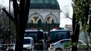 الشرطة التركية امام المسجد الازرق في منطقة ساحة الانقجار بحي سلطان احمد السياحي 12 يناير 2016 (OZAN KOSE / AFP)