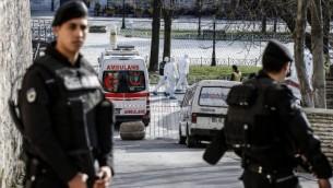 عناصر من الشرطة التركية تقف امام سياؤات إسعاف مع منع الوصول إلى منطقة المسجد الأزرق بعد وقوع إنفجار في ساحة السلطان أحمد السياحية في المدينة، 12 يناير، 2016. (AFP/Bulent Kilic)