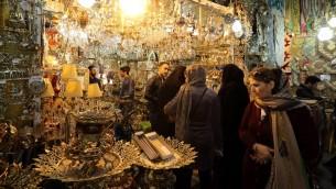 إيرانيون يتسوقون في البازار الكبير في طهران، 18 يناير 2016 (ATTA KENARE / AFP)