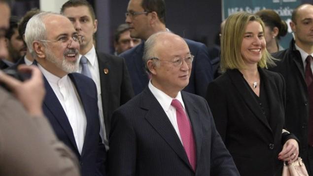 (من اليسار إلى اليمين) وزير الخارجية الإيراني محمد جواد ظريف، والمدير العام للوكالة الدولية للطاقة الذرية يوكيا أمانو، ووزيرة خارجية الإتحاد الأوروبي فيديريكا موغيريني يصلون إلى مؤتمر صحفي في فيينا في 16 يناير، 2016. (AFP / APA / HANS PUNZ)