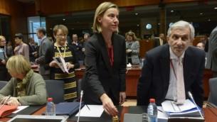 وزيرة خارجية الإتحاد الأوروبي فيديريكا موغيريني، في الوسط، تقوم برن الجرس خلال جلسة لمجلس الشؤون الخارجية التابع للإتحاد الأوروبي في مقر الإتحاد في بروكسل، 18 يناير، 2016. (AFP / JOHN THYS)