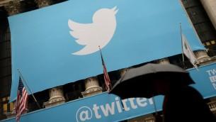 (ارشيف) شعار موقع تويتر على مبنى البورصة في نيويورك، 7 نوفمبر 2013 (EMMANUEL DUNAND / AFP)
