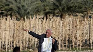 المفاوض الفلسطيني صائب عريقات يعرض خارطة بينما يخاطب صحافيين في مدينة اريحا في الضفة الغربية، 20 يناير 2016 (AFP/AHMAD GHARABLI)