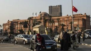 علم الصين يرفرف امام المتحف المصري الواقع بالقرب من مقر الجامعة العربية وميدان التحرير الشهير في القاهرة، 21 يناير 2016 (KHALED DESOUKI / AFP)