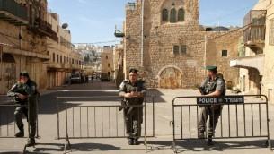 عناصر شرطة الحدود يحرسون مباني تم اخلاء مستوطنين يهود منها في مركز مدينة الخليل في الضفة الغربية، 22 يناير 2016 (AFP / HAZEM BADER)