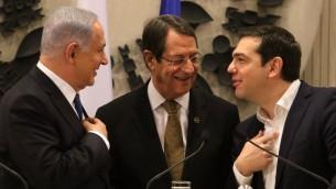 الرئيس القبرصي نيكوس اناستاسيادس (وسط الصورة) ورئيس الوزراء الإسرائيلي بينيامين نتنياهو (من اليسار) ورئيس الوزراء اليوناني ألكسيس تسيبراس خلال حديث بينهم قبل عقد مؤتمر صحفي مشترك في القصر الرئاسي في نيقوسيا، 26 يناير، 2016. ( / AFP / POOL / YIANNIS KOURTOGLOU)