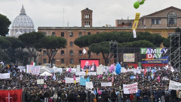 الاف المتظاهرون يشاركون في مظاهرة 'يوم الاسرة' في العاصمة الإيطالية روما للاحتجاج على مشروع قانون يدرسه البرلمان حول زواج المثليين، 30 يناير 2016 (ANDREAS SOLARO / AFP)