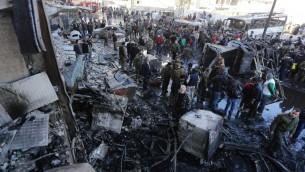 صورة توضيحية: قوات النظام السوري تتفحص مكان وقوع تفجير انتحاري تبناه تنظيم الدولة الإسلامية في منطقة السيدة زينب الشيعية جنوب دمشق، 31 يناير 2016 (LOUAI BESHARA / AFP)