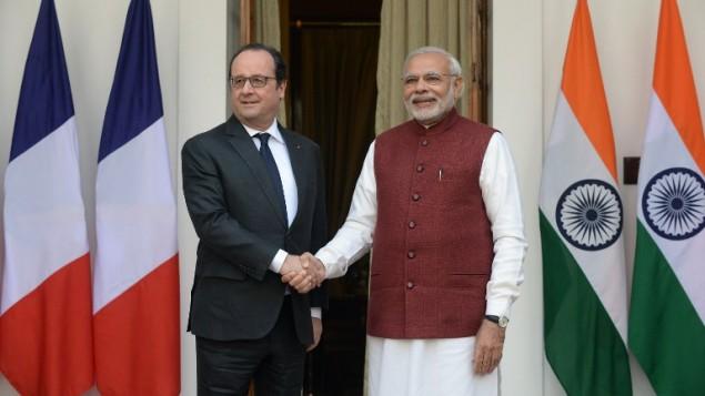 الرئيس الفرنسي فرانسوا هولاند يصافح نظيره الهندي نرندا مودي قبل لقائهما في نيو دلهي، 25 يناير 2016 (PRAKASH SINGH / AFP)