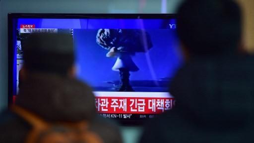 اشخاص في محطة قطار في كوريا الجنوبية يشاهدون تقرير اعلامي عن اول تجربة تجريها كوريا الشمالية لقنبلة هيدروجينية، 6 يناير 2015 (JUNG YEON-JE / AFP)