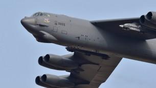 """القاذفة """"بي52 ستراتوفورتريس"""" الأمريكية القادرة على حمل اسلحة نووية تحلق فوق القاعدة العسكرية الاميركية في اوسان، كوريا الجنوبية، على بعد 70 كلم جنوب خط الحدود مع الشمال، 10 يناير 2016 (JUNG YEON-JE / AFP)"""