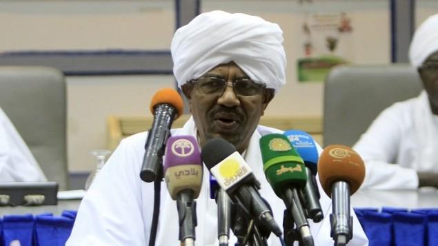 الرئيس السوداني عمر البشير يخاطب المجلس الاستشاري الوطني في الخرطوم، 21 اكتوبر 2014 (AFP/Ashraf Shazly)