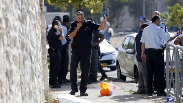 قوى الأمن الإسرائيلي في موقع محاولة هجوم طعن عنصر من شرطة حرس الحدود في حي أرمون هنتسيف في القدس، 17 أكتوبر، 2015. (AFP/Ahmad Gharabli)