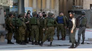 قوات امن اسرائيلية في مكان وقوع هجوم طعن بالقرب من حاجز حوارة في الضفة الغربية، 27 ديسمبر 2015 (AFP Photo/Jaafar Ashtiyeh)