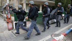 قوات امن اسرائيلية في دورية في منطقة هجوم اطلاق نار من قبل معتدي مجهول داخل حانة في تل ابيب، 1 يناير 2016 (AFP PHOTO/JACK GUEZ)
