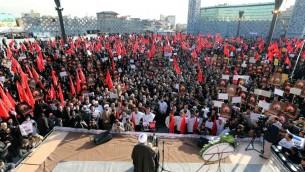 ايرنيون يتظاهرون ضد السعودية التي اعدمت رجل دين شيعيا بارزا وقطعت علاقاتها الدبلوماسية مع الجمهورية الاسلامية، 4 يناير 2016 (ATTA KENARE / AFP)