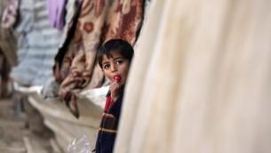 طفل فلسطيني في بلدة بيت لاهيا الفقيرة في قطاع غزة، 5 يناير 2016 (MAHMUD HAMS / AFP)
