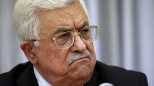 الرئيس الفلسطيني محمود عباس خلال غداء اقيم بمناسبة حلول عيد الميلاد لدى الطوائف الشرقية في مدينة بيت لحم في جنوب الضفة الغربية، 6 يناير 2016 (THOMAS COEX / AFP)
