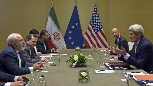 وزير الخارجية الأمريكي جون كيري في حديث مع نظيره الإيراني محمد جواد ظريف في 30 مايو، 2015 في جنيف. (AFP / POOL / SUSAN WALSH)