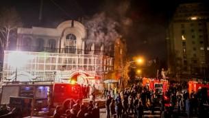 متظاهرون إيرانيون يشعلون النيران في السفارة السعودية في طهران ردا على اعدام السعوية للشيخ الشيعي نمر النمر، 3 يناير 2016 (MOHAMMADREZA NADIMI / ISNA / AFP)