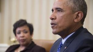 الرئيس الأمريكي باراك اوباما يتحدث مع وزيرة العدل الامريكية لوريتا لينش في البيت الابيض، 4 يناير 2016 (JIM WATSON / AFP)