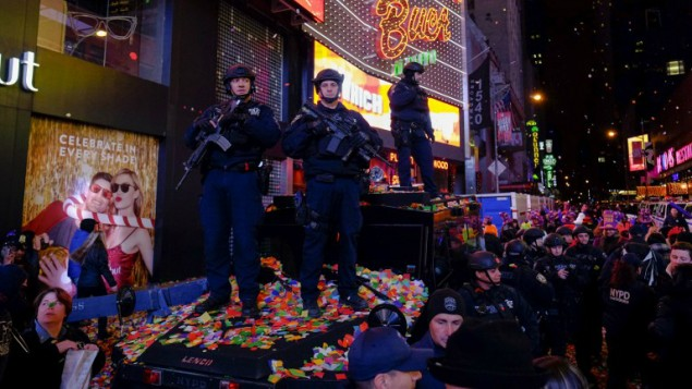 عناصر شرطة نيويورك يحرسون احتفالات عيد رأس السنة في ساحة تايمز سكوير في نيويورك، 31 ديسمبر 2015 (Eduardo Munoz Alvarez/Getty Images/AFP)