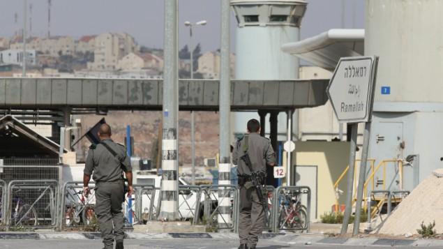صورة توضيحية: عناصر من شرطة حرس الحدود عند حاجز قلنديا، 23 أكتوبر، 2012. (Oren Nahshon/Flash90)