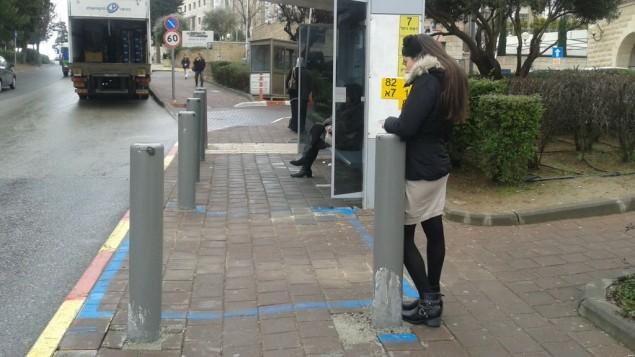 محطة حافلات محمية في القدس مصممة وفقا للمسافة اللازمة بحسب القانون بين السقيفة والشارع. (Shekel)