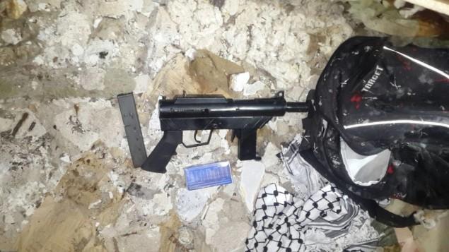 السلاح الذي يُعتقد بأنه استُخدم في إطلاق النار على جنود إسرائيليين في 20 يناير، 2016. القوات الإسرائيلية عثرت على السلاح في بلدة قريبة من طولكرم في 22 يناير، 2016. (Shin Bet)