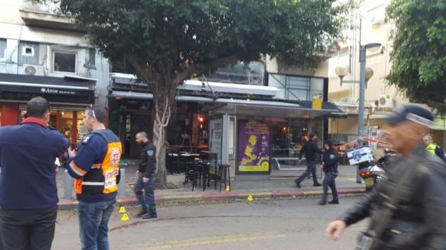 طواقم الاسعاف في مكان هجوم اطلاق نار داخل حانة في تل ابيب، 1 يناير 2016 (Magen David Adom)