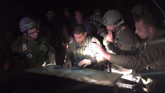 قائد فرقة لواء يهودا في الجيش الإسرائيلي اثناء عملية البحث عن الرجل الذي طعن امرأة داخل منزلها في مستوطنة عوتنئيل في الضفة الغربية، 17 يناير 2016 (IDF Spokesperson's Unit)