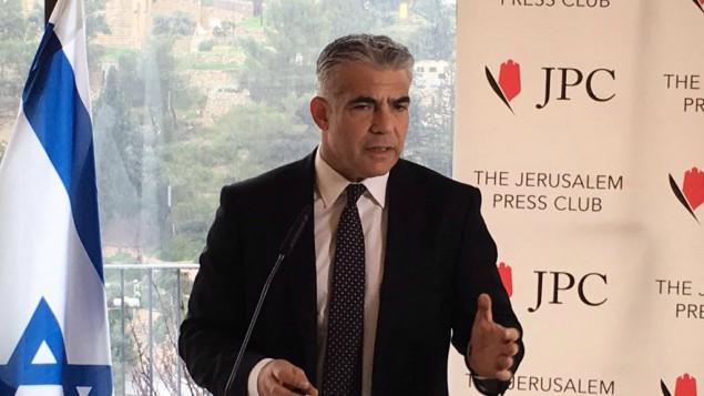 رئيس حزب 'يش عتيد'، عضو الكنيست يائير لابيد، يتحدث إلى الصحافة الأجنبيه في القدس، الإثنين، 25 يناير، 2016. (لقطة شاشة)