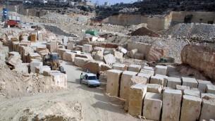 عمال فلسطينيون يعملون في مقلع في بلدة تفوح القريبة من الخليل، 17 نوفمبر، 2009.(Najeh Hashlamoun/Flash90)