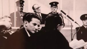 (ارشيف) المدعي العام الإسرائيلي في محكمة اجولف ايخمان جدعون هاوزنر والقاضي غابرئيل باخ، خلال محاكمة ايخمان (في الخلفية) في القدس التي بدأت في 11 ابريل 1961 (courtesy by GPO/Flash90)