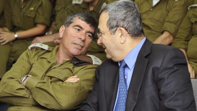 غابي أشكنازي، من اليسار، في حديث مع إيهود باراك في مقر وزارة الدفاع في 2010. (Ariel Hermoni/Defense Ministry/Flash90)