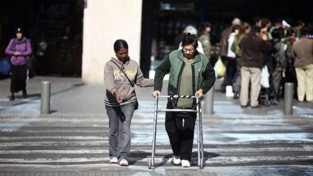 سيدة مسنة تقوم ياجتياز الشارع في تل أبيب، 2011. (Kobi Gideon/Flash90)