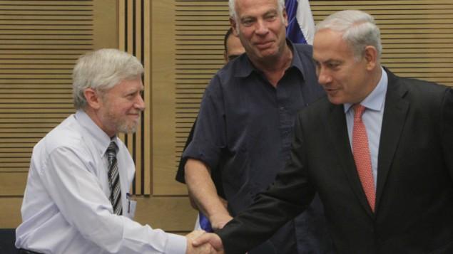مراقب الدولة يوسف شابيرا (من اليسار) يصافح رئيس الوزراء بينيامين نتنياهو (من اليمين) في ديسمبر 2012. (Miriam Alster/Flash90)