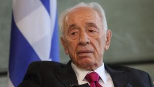 الرئيس السابق سمعون بيرس خلال مقابلة في مكتبه في مركز بيرس للسلام في تل ابيب، 29 سبتمبر 2014 (Yaakov Naumi/Flash90)