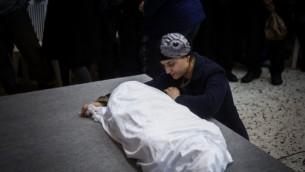 أدفا بيتون في جنازة طفلتها أديل إبن ال4 أعوام في 18 فبراير، 2015. (Yonatan Sindel/Flash90)
