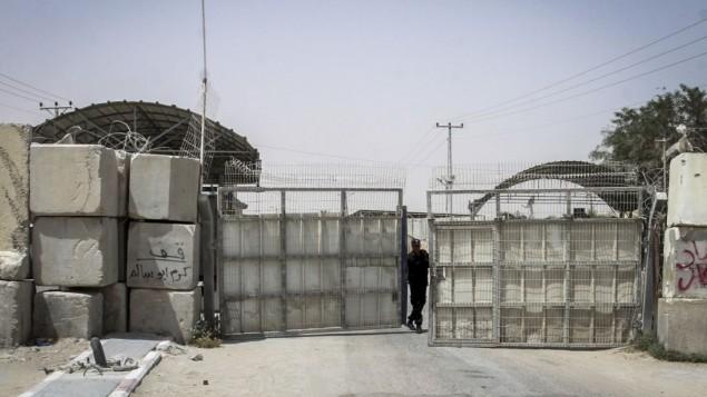 معبر كيريم شالوم كما يظهر مغلقا من الجانب الغزي جنوبي قطاع غزة، 7 يونيو، 2015. (Abed Rahim Khatib/Flash 90)