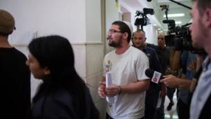 ناحمان تويتو، ناشط في منظمة 'لهافاه' اليمنية المتطرفة خارج قاعة المحكمة المركزية في القدس، 22 يوليو، 2015. (Yonatan Sindel/Flash90)