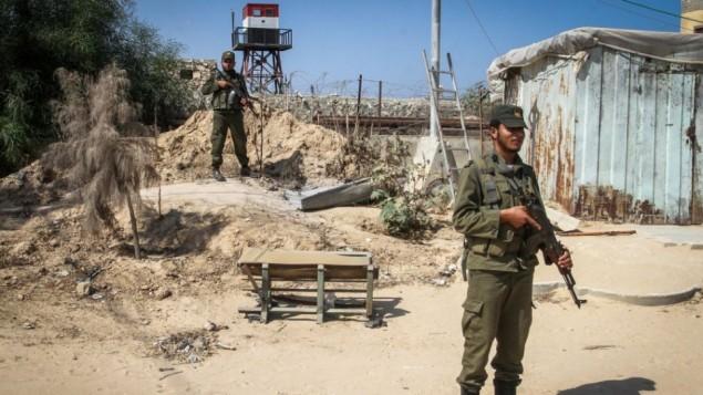 عناصر أمن فلسطينيون يقفون بالقرب من برج مراقبة مصري على الحدود بين مصر وغزة، في رفح، جنوب قطاع غزة، 21 سبتمبر، 2015. (Abed Rahim Khatib/ Flash90)