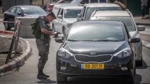 صورة توضيحية لعناصر من حرس الحدود يفتشون سيارات في حاجزا مؤقت، 16 أكتوبر، 2015 (Hadas Parush/Flash90)