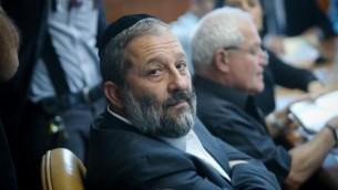 وزير الإقتصاد في ذلك الوقت أرييه درعي في القدس، 25 أكتوبر، 2015. (Alex Kolomoisky/Pool)