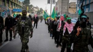 من الأرشيف: شبان فلسطينيون مؤيدون لحركة حماس يشاركون في مسيرة للإحتفال بالذكرى ال28 لتأسيس الحركة في رفح، جنوب قطاع غزة، 14 ديسمبر، 2015. (Abed Rahim Khatib/FLASH90)