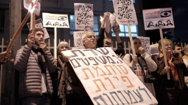 نشطاء 'سلام الآن' في تظاهرة ضد مشروع قانون المنظمات غير الحكومية، الذي طرحته وزيرة العدل أييليت شاكيد، خارج منزلها في تل أبيب، 26 ديسمبر، 2015. (Tomer Neuberg/Flash90)