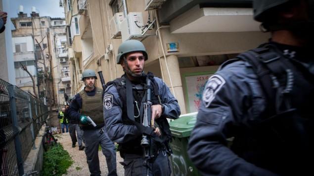 قوات امن اسرائيلية في تبحث في منطقة هجوم اطلاق نار من قبل معتدي مجهول داخل حانة في تل ابيب، 1 يناير 2016 (Miriam Alster/Flash90)