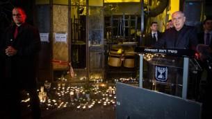 رئيس الوزراء بنيامين نتنياهو في مكان وقوع هجوم اطلاق نار في تل ابيب، 2 يناير 2015 (Miriam Alster/Flash90)