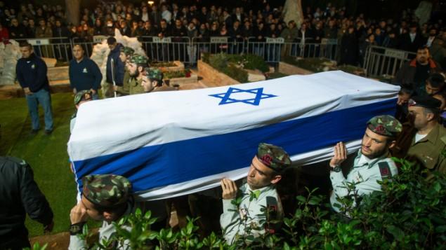 جنود اسرائيليون يحملون جثمان الجندي يشاي روزاليس، الذي قُتل خلال تدريب عسكري في حادث، في مقبرة جبل هرتسل في القدس، 7 يناير 2016 (Yonatan Sindel/Flash90)